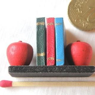 Rangée livres miniatures école poupée