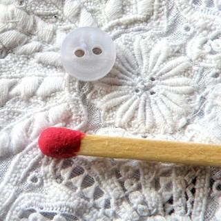 Bouton petit nacré irisé habits poupée 2 trous 6 mm.
