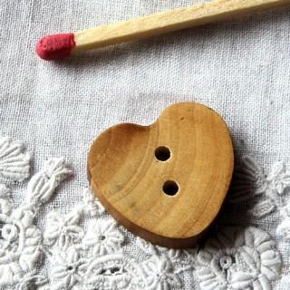 Bouton coeur bois plat 2 cm.