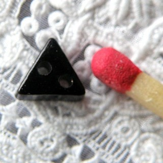 Petit Bouton mercerie triangle 6 mm.