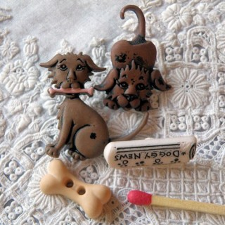 4 boutons  CHIEN, journal, os.