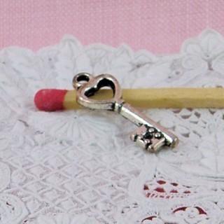 Breloque clé coeur bijou poupée 2 cm