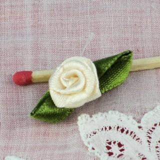 Rose en ruban avec pétales fleur à coudre 25 mm
