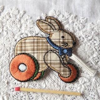 Ecusson brodé thermocollant: animaux, jouets, lapin à roulette 6,5 cm.