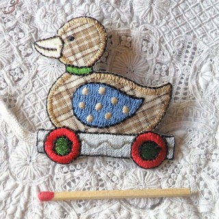 Ecusson brodé thermocollant: animaux, jouets, canard à roulettes 6,5 cm.