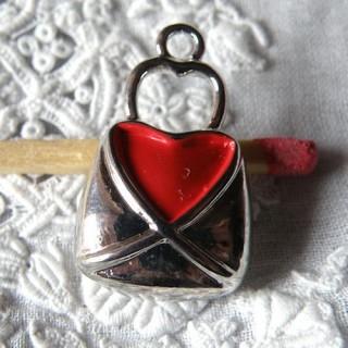 Breloque pendentif Sac àmain métal coeur émaillé