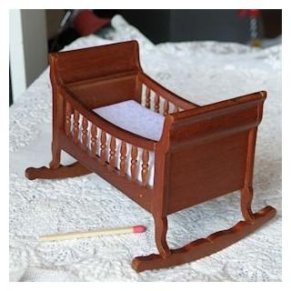 Berceau bébé miniature maison poupée, 9 cm.