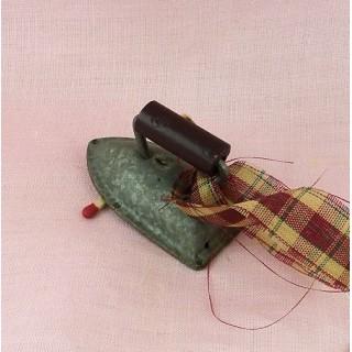 Fer àrepasser miniature poupée décoration 5 cm.