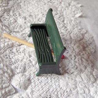 Banc jardin miniature métal peint 1/24 maison poupée  3 cm.