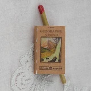 Livre de Géographie miniature maison école poupée  2,7 cm x 1,7 cm.