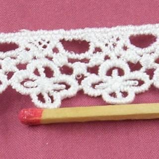 Dentelle Cluny broderie à l'aiguille fleurs  2 cm.