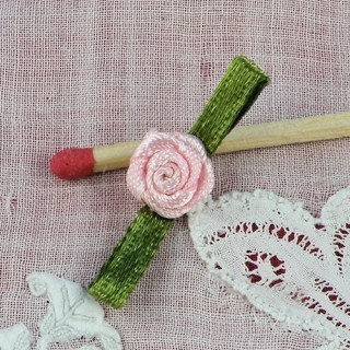 Rose en ruban avec pétales fleur àcoudre 3 cm