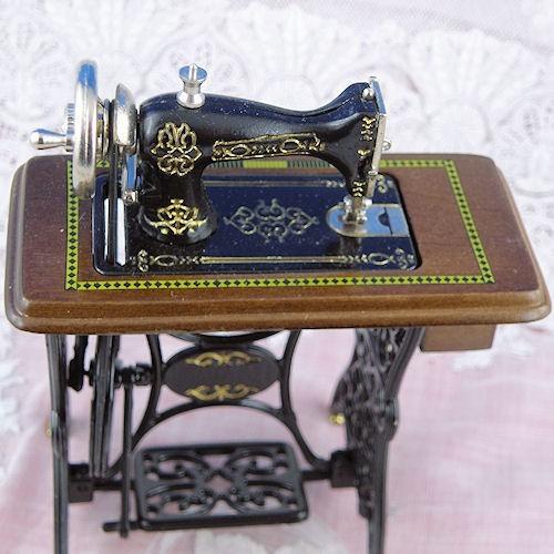 machine coudre p dale miniature maison poup e. Black Bedroom Furniture Sets. Home Design Ideas