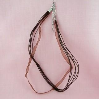 Ruban organdi et lacet montés pour bijoux