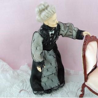 Poupée miniature luxe vieille dame 1900 1/12eme articulée robe et capeline