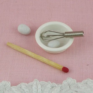 Fouet miniature avec bol et 2 oeufs.