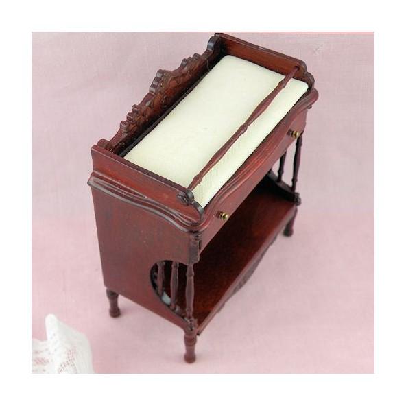 table langer miniature maison poup e table langer b b acajou. Black Bedroom Furniture Sets. Home Design Ideas