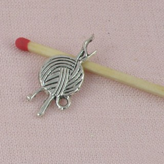 Breloque pelote de laine pendentif couture 14 mm.
