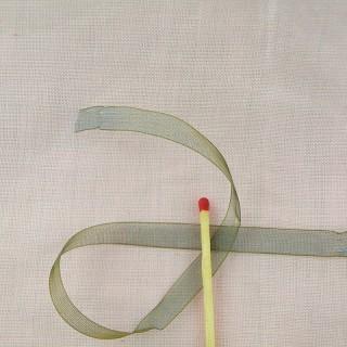 Ruban organdi MOKUBA bleu et or 8 mm.
