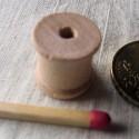 Bobine miniature en bois brut 13 mm.