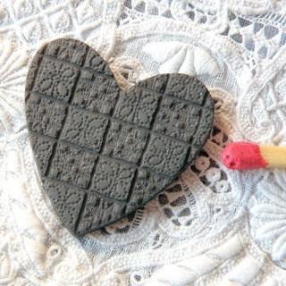 Coeur gravé,dentelé à coller, 2,2 cm.