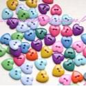 Boutons petits coeurs deux trous 1 cm.