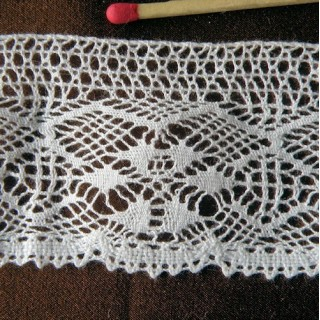 Fine cotton lace flowers pattern 40 mms.