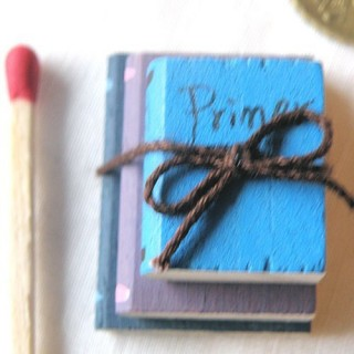 Pila libros miniatura 2 cm
