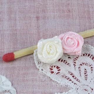 Winzige Rose im zu nähenden Band 1 cm