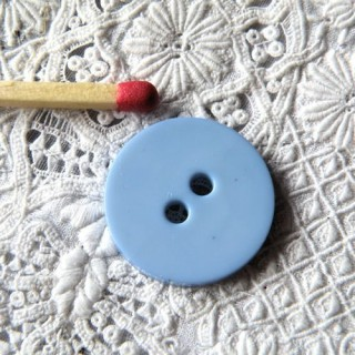 Flat button two holes 2 cm.