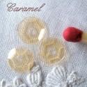 Sequins paillettes perles plates minuscules.