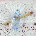 Biberon plastique couleur poupée miniature 4 cm.