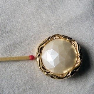 1 big pearly white shank button, 2,8 cms.