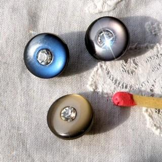 Botón redondo nacarado con un pie