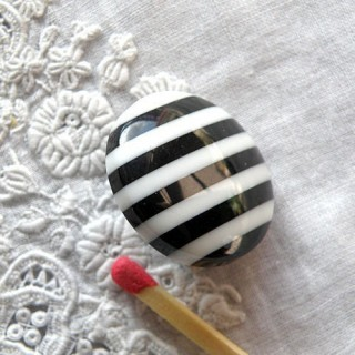 Stripped shank button, black and white, 2cms
