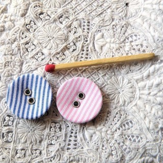 Botón cubierto de tela a rayas 2 cm.