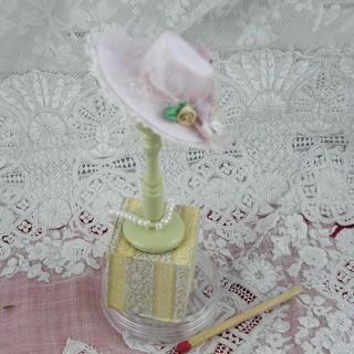 Chapeau miniature présentoir porte chapeau, modiste, chapelier.