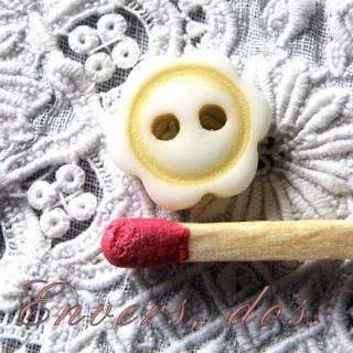 Button flower shape two colors 1 cm..