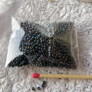 Perles de rocaille noire irisées 2 mm par 10 g.