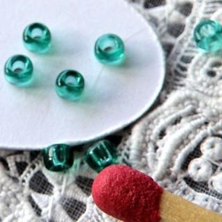 perlas de semilla de vidrio transparente de 2 mm.