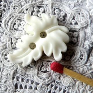 Acanthen leaf button 25 mm.