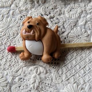 Bouton chien dogue, boxer sur pattes.