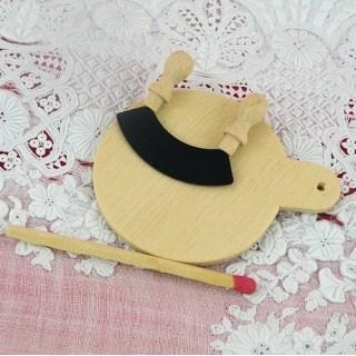 Hachoir et planche à découper miniatures en bois.