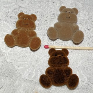 Flat back flocked bear mini 4 cms.