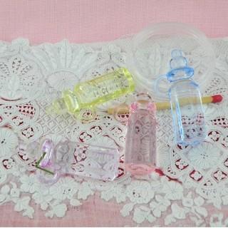Biberon plastique couleur poupée, miniature 4 cm.