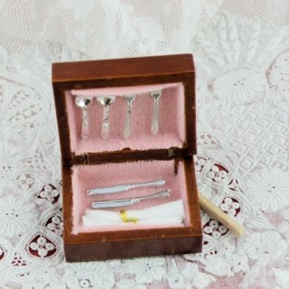 Cubiertos miniatura en caja madera casa muñeca.