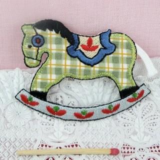 Ecusson brodé thermocollant: animaux, jouets, cheval à bascule 6,5 cm.
