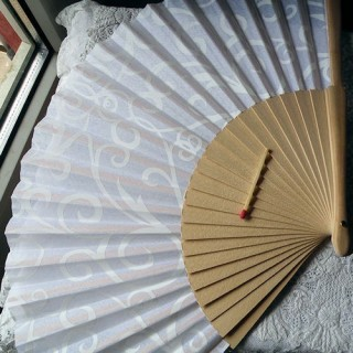 Eventail bois tissu imprimé blanc , 23 cm.