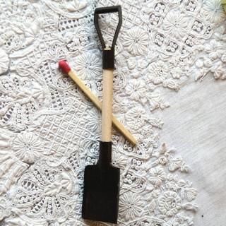 Grabe kleines Werkzeug Puppe 9 cm