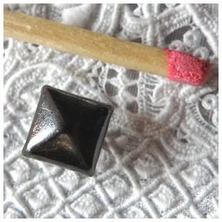Clou carré pyramidal décoratif métallique, plot métal clou couture 8,2 mm.